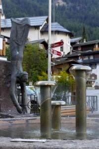 Brunnen mit Thermalwasser mitten im Ort