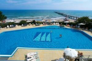 Zum Maritim spa & beauty care gehört ein Meerwasser-Außen-Pool