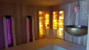 Jedes Chalet hat einen eigenen Wellnessbereich mit Sauna, Infrarot, Dusche und Aufenthaltsraum mit Bergblick.