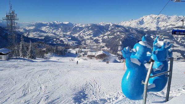 Sonne pur, perfekte Pisten – einen besseren persönlichen Start in die Skisaison 2018/19 kann man sich nicht wünschen. Da freuen sich sogar die Geister Gspensti und Spuki, die Maskottchen vom Geisterberg in St. Johann/Alpendorf, , die den Skifahrern freundlich hinterherwinken.