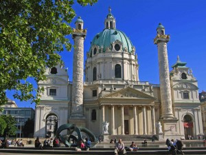 Die Karlskirche mit den Triumphsäulen (c) N.Linz