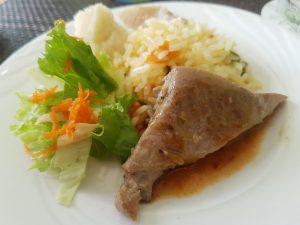 Köstlich: Gegrillter Mahi-Mahi, hier mit Ananas-Bohnen und frischem Salat.