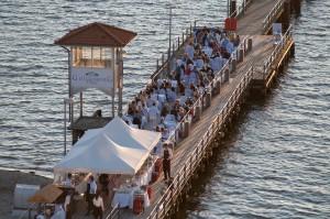 Barbecue gewürzt mit leichter Brise: Auf der Seebrücke vorm Strandhotel