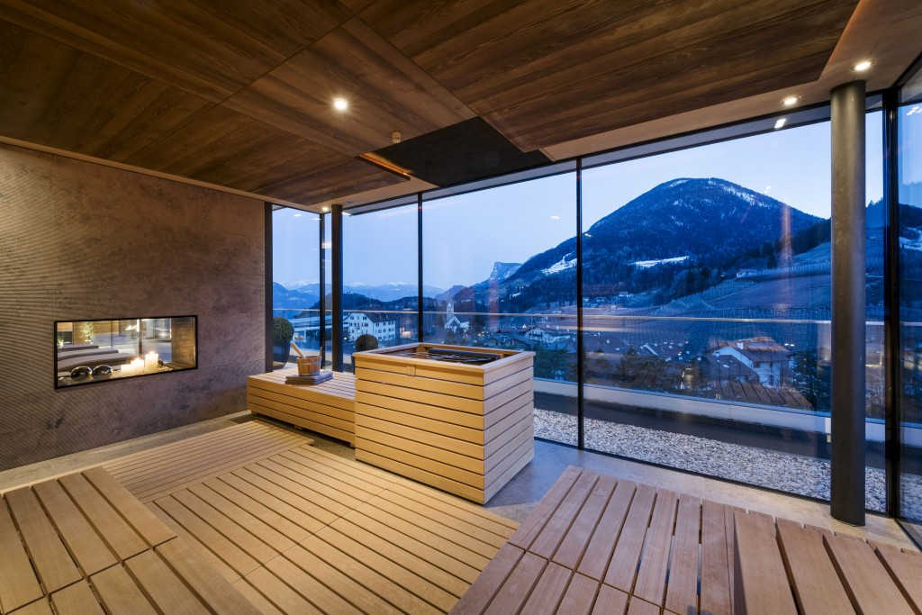 "Panorama-Sauna im ""Sky Spa Mountain View"" des ALPIANA RESORT. © Günter Standl."