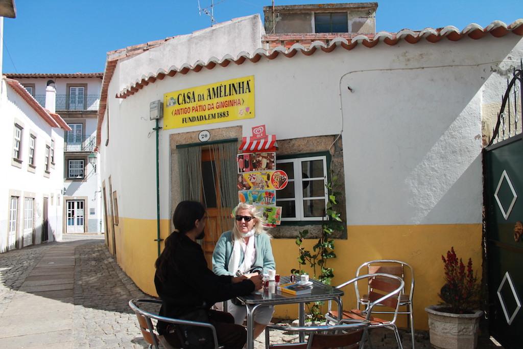 In den Gassen von Almeida trinkt man zum Espresso einen heimischen Ginjinha, Foto: Heiner SIeger