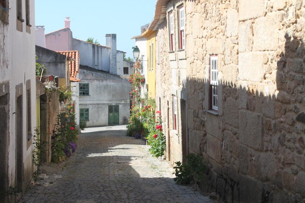Malerische Winkel finden sich in den Gassen der historischen Dörfer; Foto: Heiner Sieger