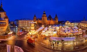 Weihnachtsmarkt auf dem Aschaffenburger Schlossplatz. © Kongress- und Touristikbetriebe der Stadt Aschaffenburg