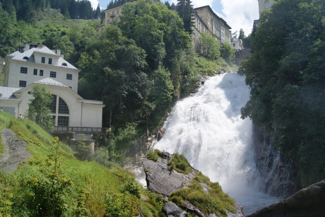 Rund 340 Meter fällt der Wasserfall in Bad Gastein in drei Stufen mitten durch den Ort  © Gasteinertal Tourismus