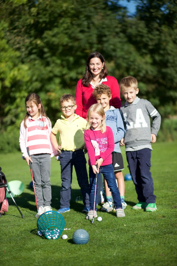 Früh übt sich, was ein Golfer werden will – im GC München Eichenried mit Bambini-Trainerin Tina Schultes. Foto: Ralf Gamböck