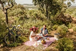 Mit dem Fahrrad zum Picknicken im Barceló La Bobadilla.