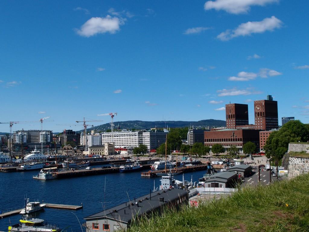 Blick auf Osloer Rathaus und Hafen