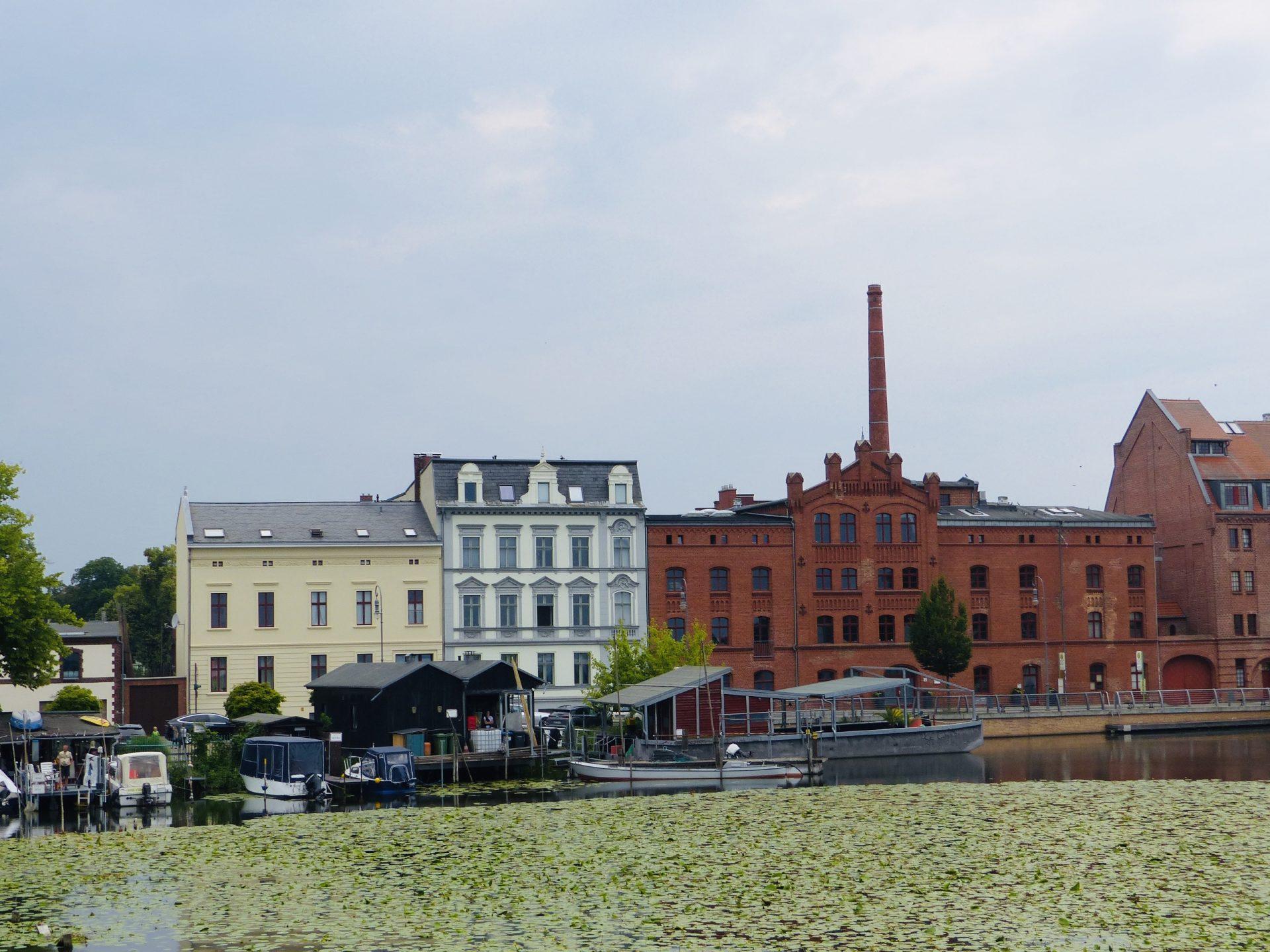Blick aus der Kajüte auf den Mühlendamm Brandenburg Foto: Weirauchburg