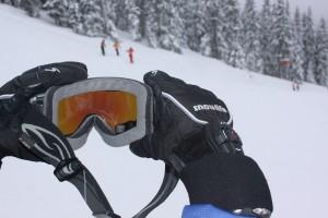 Über die Steuerung am Handgelenk lässt sich die Brille auch mit Handschuhen gut bedienen. Foto: Dominique Schroller