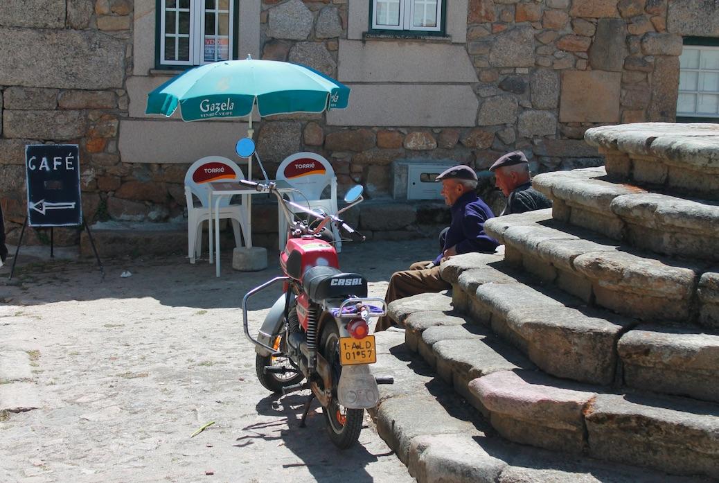 Mittagsrast am Dorfbrunnen von Castel Mendo; Fot: Heiner Sieger