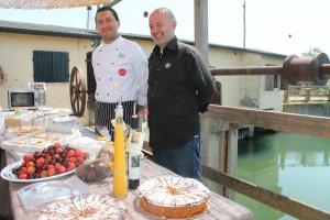 Cervia kulinarisch: Roberto Bagnolini vom Restaurant Il Deserto und sein Koch Enrico Cubrano, links haben in der saline aufgetischt, Foto: Heiner Sieger