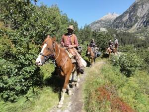 Traditionalisten zu Ross: Schweizer Kulturvereine erinnern auf organisierten Säumertreks an den historischen Warenhandel über die Alpen.