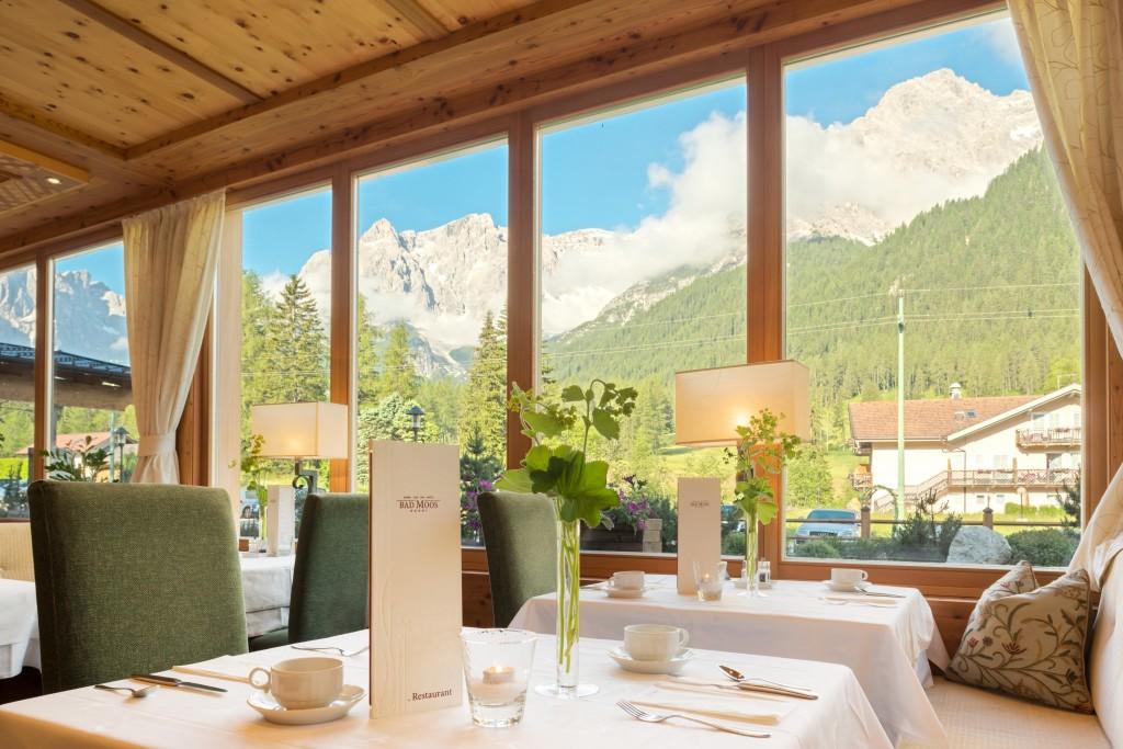 Essen mit Aussicht - vom Haupt-Restaurant der Blick auf die Bergketten. Foto: Bad Moos.