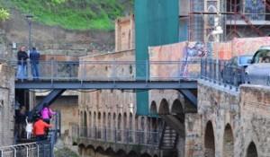 Die Brücke von Old Tiflis zu den Thermalquellen
