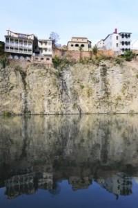 Die Häuserfront am Mtkvari (Fluss)
