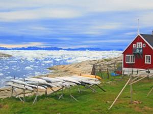 Die Kajaks sind immer griffbereit. Hier am Rande von Ilulissat (c) N.Linz