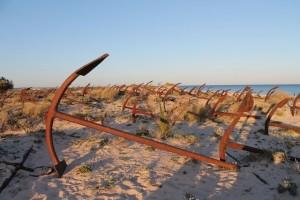 Erinnerung an die Thunfisch-Fischer: Friedhof der Anker am Strand Barril, Foto: Heiner Sieger