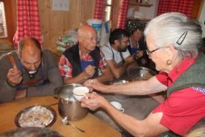 Zum Frühstück kommt typische Südtiroler Almkost auf den Tisch: Milch und Brocken; Foto, Heiner Sieger