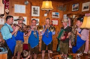 Auf der Radlsee-Hütte spielen die Einheimischen zum Abschluß des Almtages fröhlich auf, Foto: Annelies Leitner