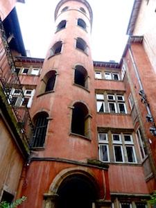 FR AROSA Lyon Durchgang Innenhof