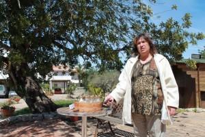 Fatima Galego weiß alles über die Geheimnisse des Johannesbrot-Baumes, Foto: Heiner Sieger