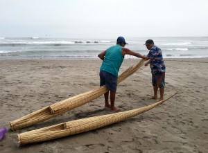 Fischer beim Bootsbau