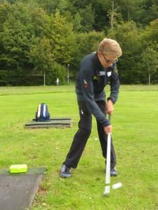 Medallien fest im Blick: Golf-Newcomer Maxi Jäger beim Spiel auf der Übungswiese   Foto: pr