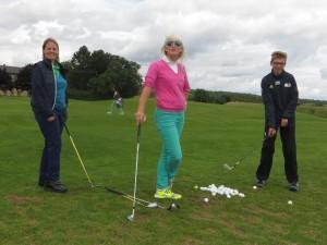 Impulse in Maria Bildhausen: Trainerin Elizabeth Höh mit Golfschülern Kathi und Maxi (Foto:pr)