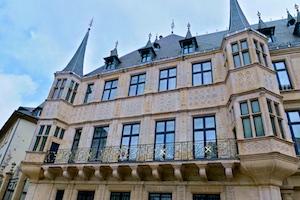 Die Stadtresidenz des Großherzogs hat eine der schönsten Fassaden der Stadt im Stil der flämischen Renaissance (16. Jh.). Die pracht- und prunkvollen Innenräume können im Sommer besichtigt werden.
