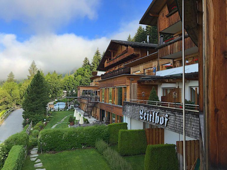 Die Zirbe vor dem Hotel steht für das Konzept im Naturhotel Leitlhof; Foto: Heiner Sieger