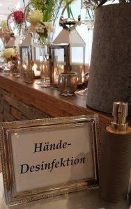 Diskret: Am Eingang des Hotelrestaurants steht Desinfektionsmittel für die Hände bereit. Jeder Gast ist hier in Eigenverantwortung. Foto: Bauroth