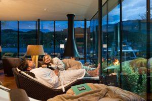 Der Ruheraum mit Blick auf den See: Hier kann man wunderbar nach einem Saunagang relaxen. Es ist ausreichend Platz vorhanden, um Abstand zu halten. Foto: Kollers Hotel
