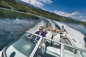 """Hotelchef Hubert Koller ist ein echtes """"Kind"""" vom See: Er hat auch den Bootsführerschein und fährt auch gerne mal die Gäste - wie hier im Motorboot - über den Millstätter See. Foto: KOLLERs Hotel"""