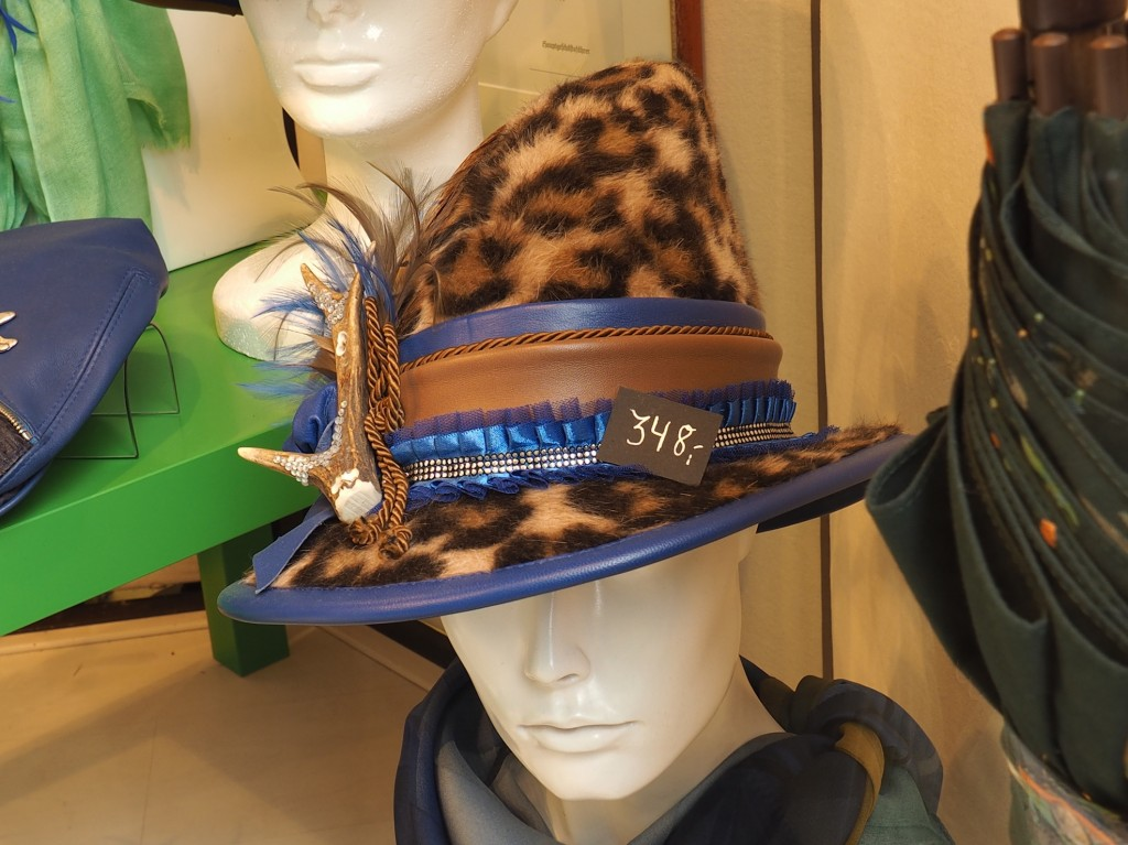 Kunstvoller-Hut-mit-jagdlicher-Deko