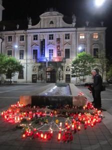 Mährischer Platz: Vor einer der VIER TUGENDEN: SANFTMUT, für die ein leise fliesender Brunnen steht, Solidaritätsbekundungen mit Paris, am 16.11.15