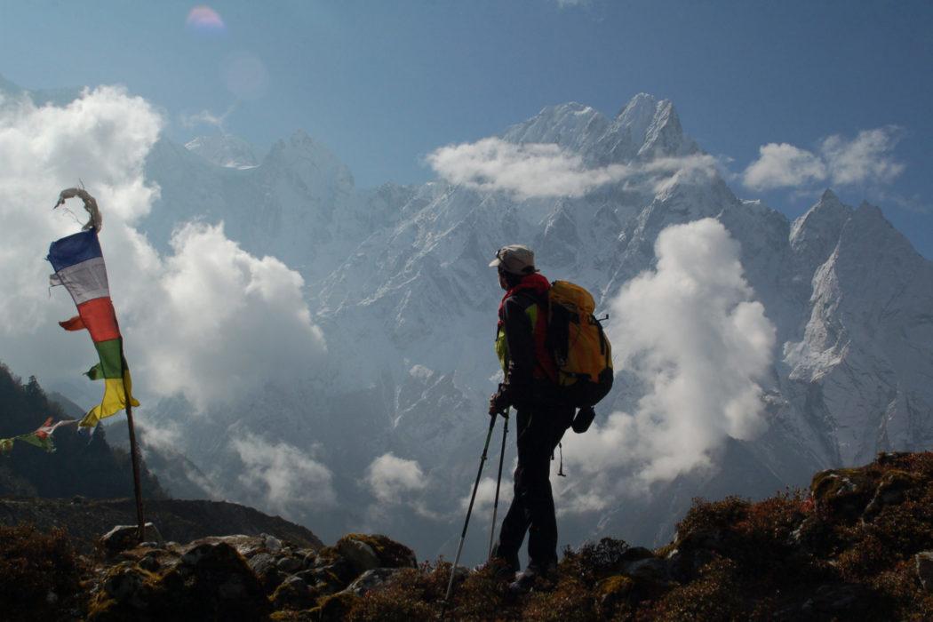 Hans Kammerlander kehrte 2017 an den Manaslu in Nepal zurück. 26 Jahre zuvor verlor er hier zwei Freunde. Die Tragödie ist Bestandteil des Kinofilms über sein Leben. Foto: Jochen Hemmleb/Planet Watch/manaslu-film.com