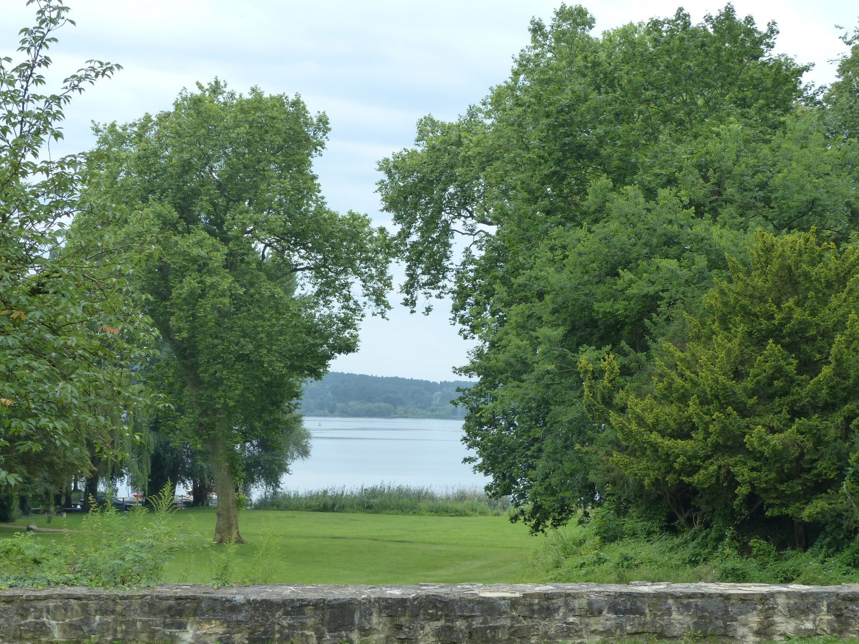 Blick von der Schlossterrasse auf den Schlänitzsee