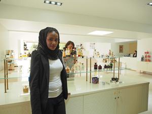 Amira in der Parfum-Manufaktur Amouage