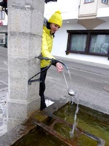 Oesterreich_Imst_Conny_Brunnenwasser_schoepfen_Foto_Elke_Backert