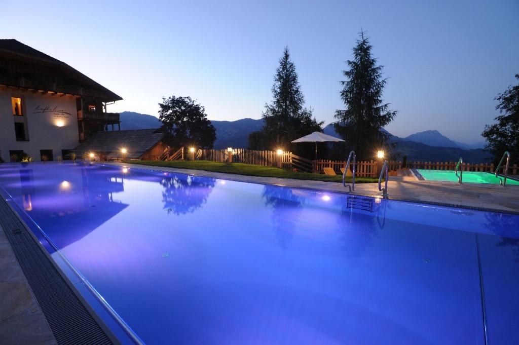 Das Olympia-Sportschwimmbecken und der schwebende Whirlpool im Outdoorbereich.