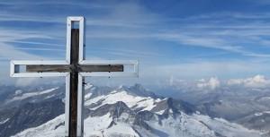 Oben! Das Gipfelkreuz des Kreuzvenedigers mit Blick nach Osttirol. Bild: Bauroth