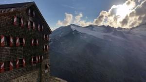 Der Abend senkt sich über die Berge und die Kürsinger-Hütte. Hier übernachten Bergsteiger, die vom Salzburger Land aus auf den Großvenediger möchten. Die Hütte liegt auf 2558 Metern. Bild: Bauroth