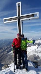 Schnell ein Gipfelsieg-Foto und dann wieder runter: Katja mit Bergführer Christoph aus Neukirchen am Großvenediger.  Bild: Bauroth