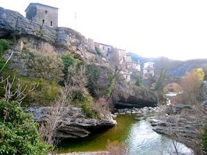 Pyrenaeisches Dorf am Fluss