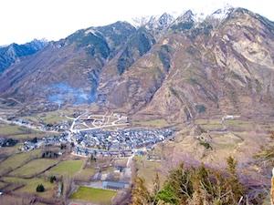 Pyrenaen Benasque Stadt von oben