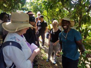 Aaron Sylvester (r.) stellt Gästen seine Farm vor.